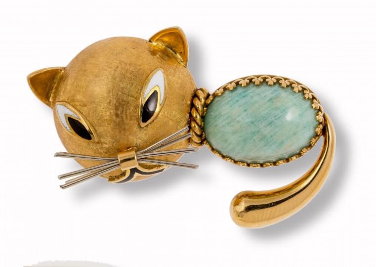 6a3f8c77cd Nel lavoro di un esperto di gioielli è difficile trovare un portagioie di  una signora che non comprenda almeno una spilla, un bracciale o anche un  anello a ...